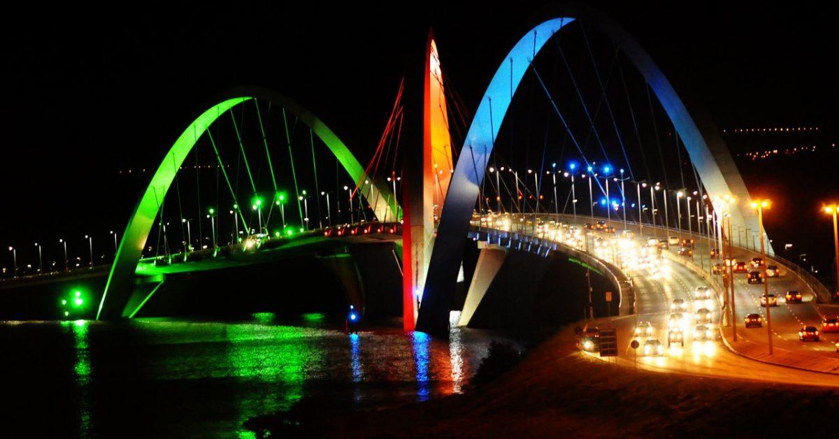 Puente Juscelino Kubitschek de noche