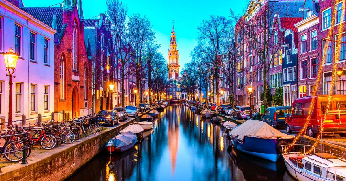 Vista de noche de Zuiderkerk en ÁMSTERDAM