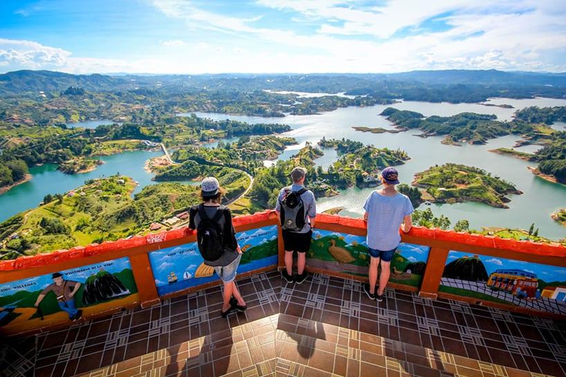 Turistas admirando la vista desde la cima del Peñol en Guatapé, Colombia
