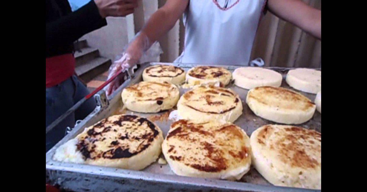 Venta de arepas en las calles de Colombia