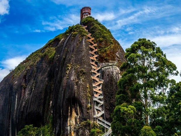 Vista de los 740 escalones de subida para llegar a la cima de la piedra del Peñol en Guatapé, Colombia